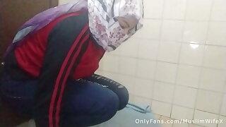 Arabian Muslim Mom In Niqab Masturbates Squirting Pussy